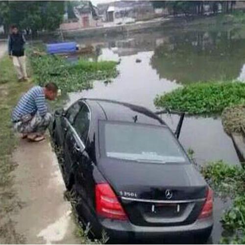 车轮陷入下水道